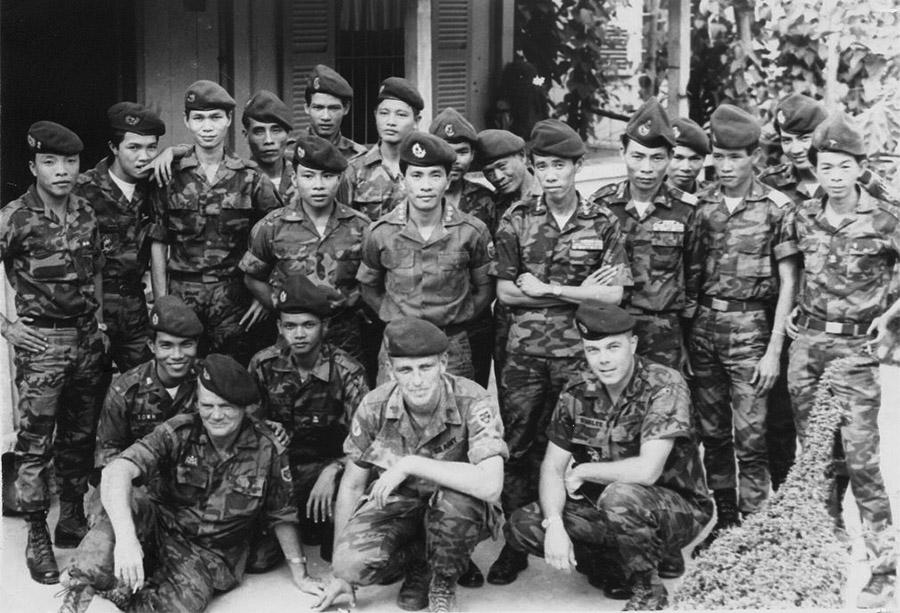 Rangerek csoportképe két amerikai tanácsadóval.