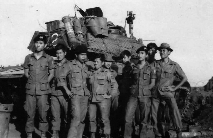 Harckocsizók egy M-41 harckocsi mellett. A dél-vietnámi haderőben egyedül ők viselték barettjüket brit minta szerint.