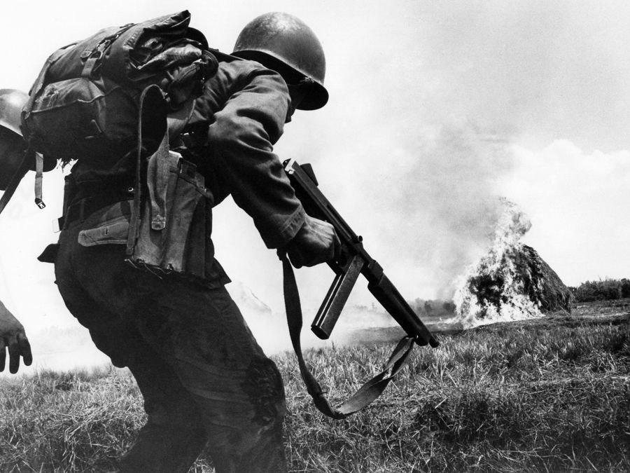Déli katona M-1 Thompson géppisztollyal