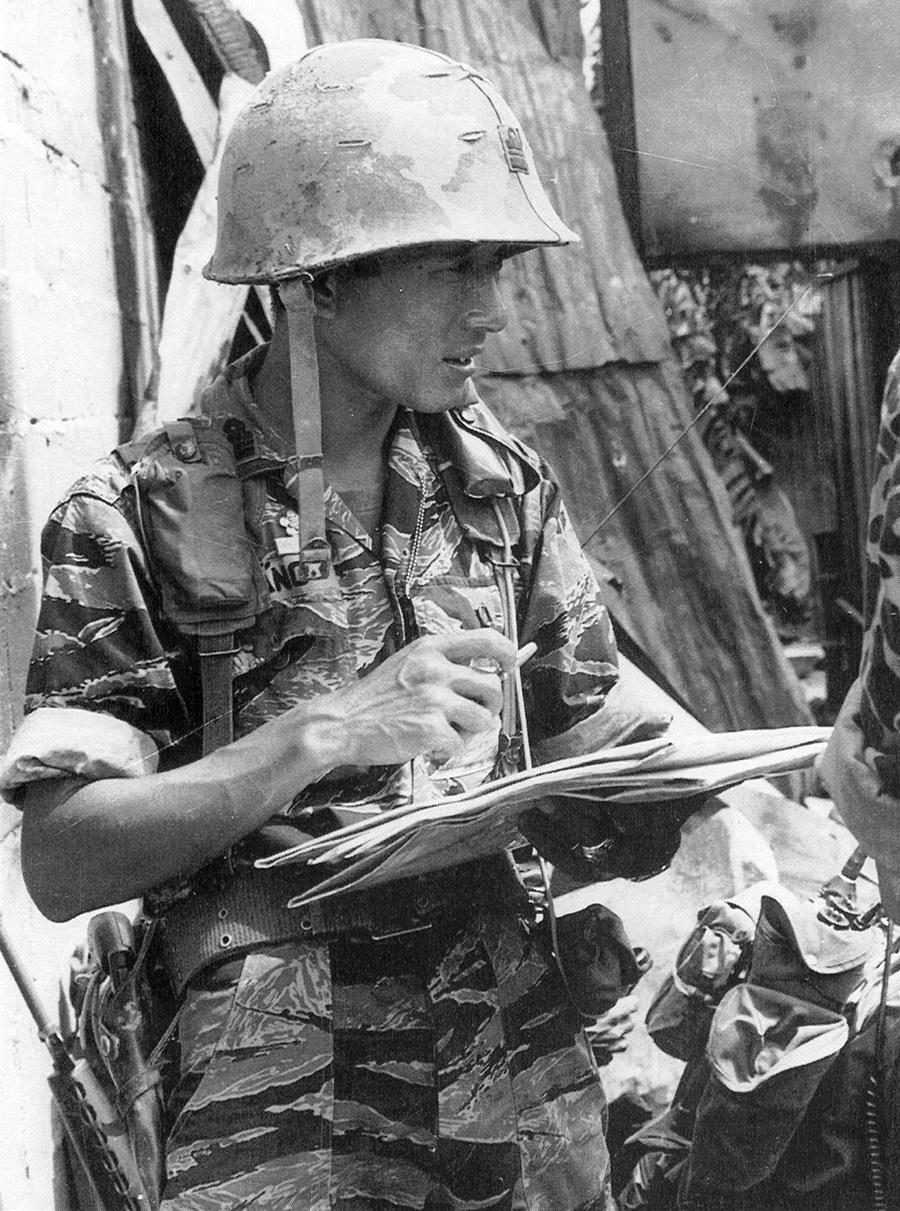 Tengerészgyalogos őrnagy. Korai tigriscsíkos egyenruhát és amerikai szerelvényt visel. Gallérján, sisakján és inge mellrészén rendfokozati jelzés. 38-as pisztolyt hord, a hámon pedig jól látszik egy villanólámpa, illetve egy tájoló tokja.