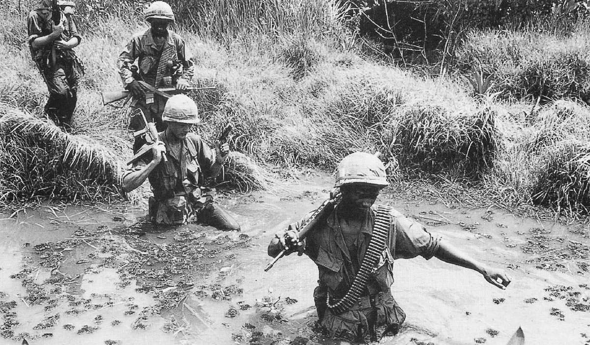 196704_9th_inf_div_wading_in_mud.jpg