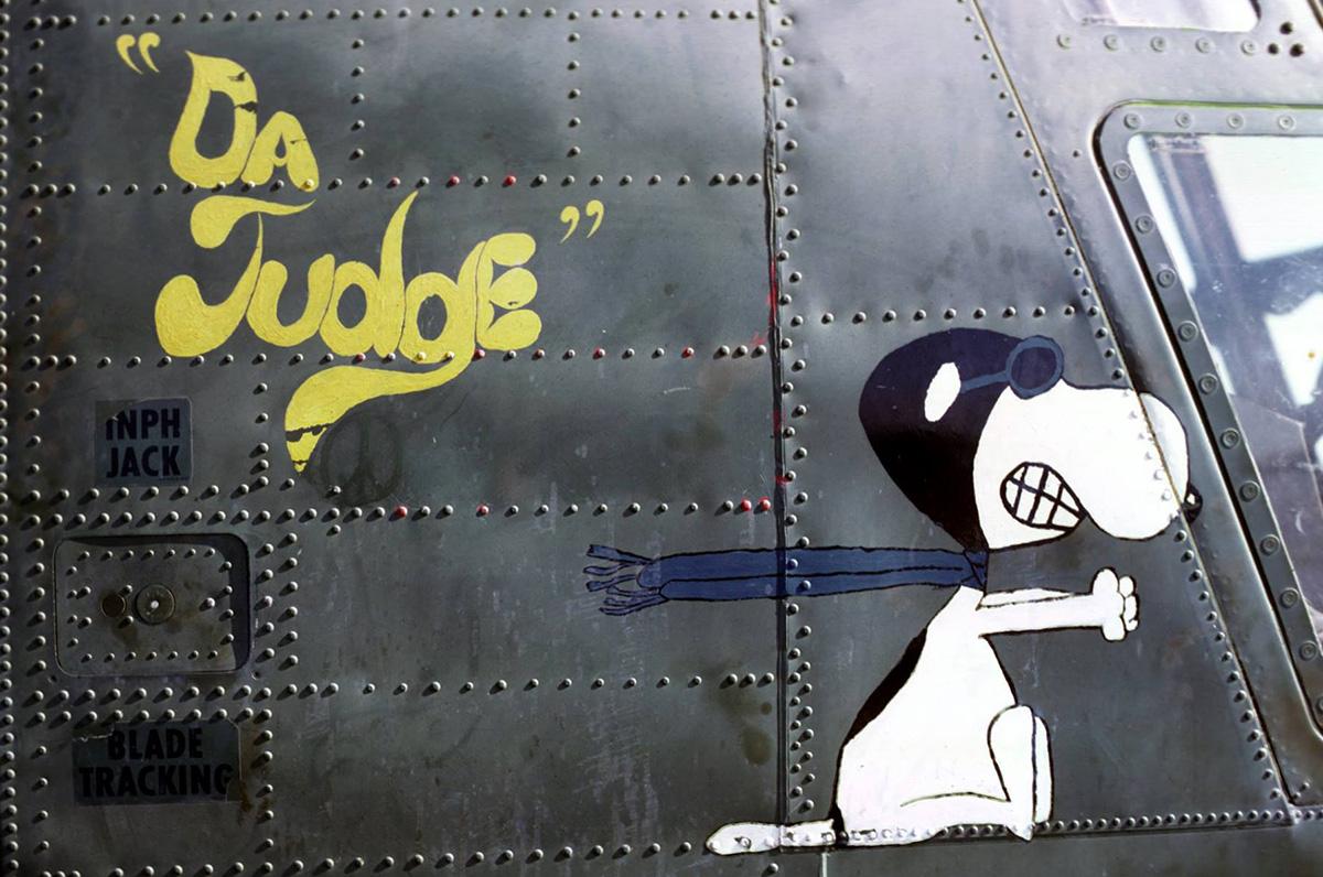 'A bíró' felirat mellett Snoopy vicsorog