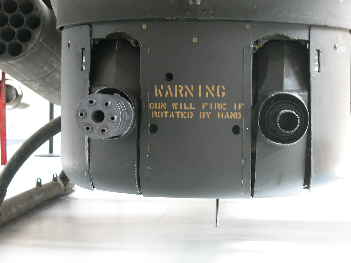 Az AH-1 orrtornya, benne egy M-134-es géppuska és egy M-129-es gránátvető