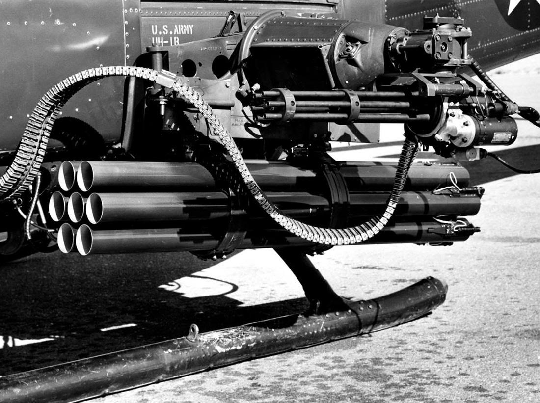 XM-158-as rakétavető és M-134-es géppuska egy UH-1B csatahelikopteren