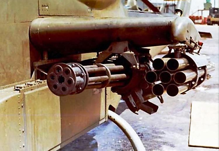 20 mm-es XM-195 gépágyú és 70 mm-es XM-158-as rakétavető