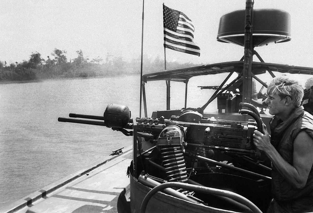 M-2 ikergéppuska egy PBR orrában; a kezelő keze ügyében egy M-79-es gránátvető. A háttérben valaki egy M-60-assal tüzel.