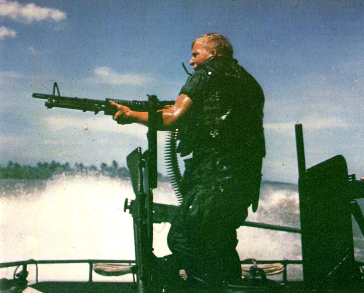 Tengerész tüzel egy M-60-as géppuskával a part felé egy PBR tatjáról. A bal oldali páncéllemezre akasztva itt is kivehető egy M-79-es.