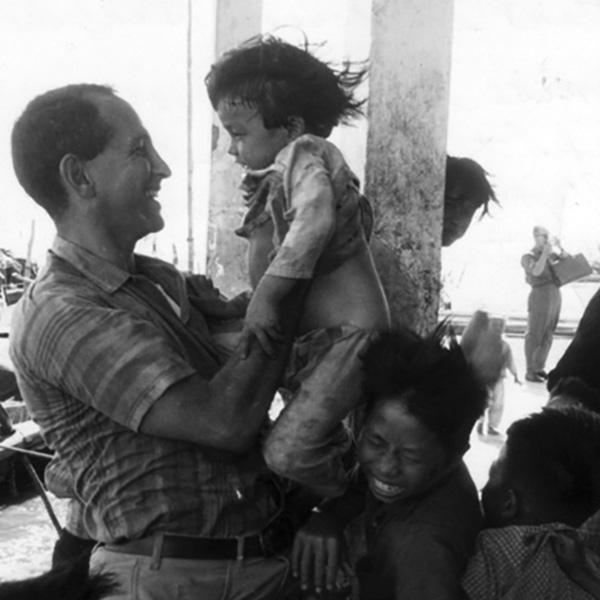 ellsberg_w_vietnamese_children.jpg