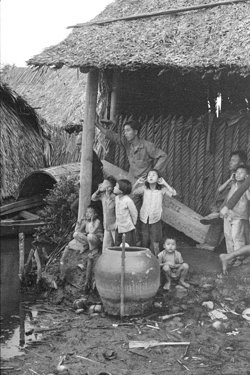 vietnamese_children_listen_to_mortar_fire.jpg
