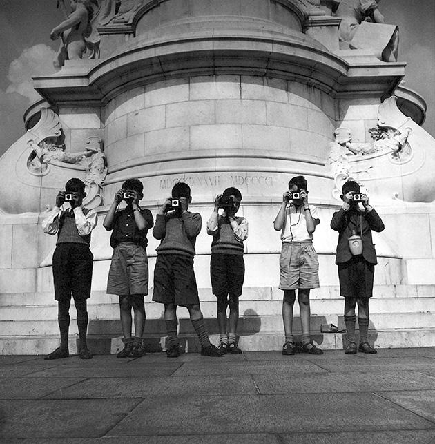 Gyerekek fényképezőgéppel a Buckhingam-palota előtt, 1961