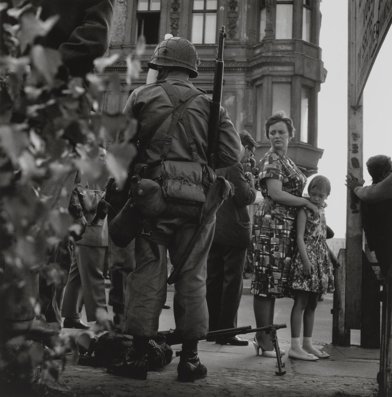 Amerikai katonák és német civilek a Checkpoint Charlie közelében.