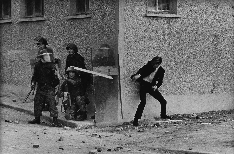 Katolikus tüntetők harcban a brit katonasággal