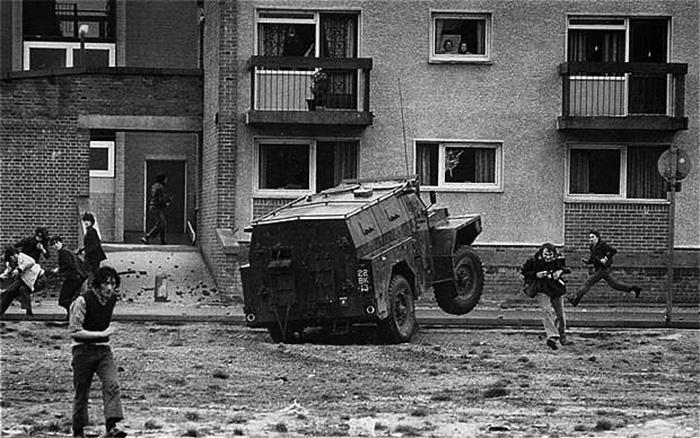 Ezen a képen jól látszik a látszólag megvadult brit páncélautó elől menekülő McCullin...