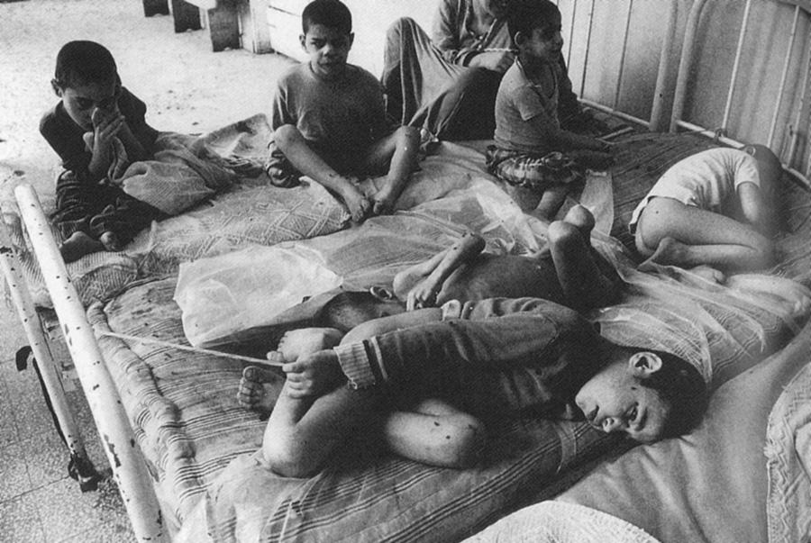 Bejrút Sabra negyedének kórházában pokoli állapotok uralkodtak McCullin látogatása idején; ezeket a fogyatékos gyerekeket azért kötözték az ágyukhoz, nehogy véletlenül kiszökjenek az épületből.