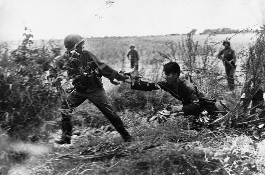 don_mccullin_1965_vc_suspect_dragged_from_tunnel.jpg