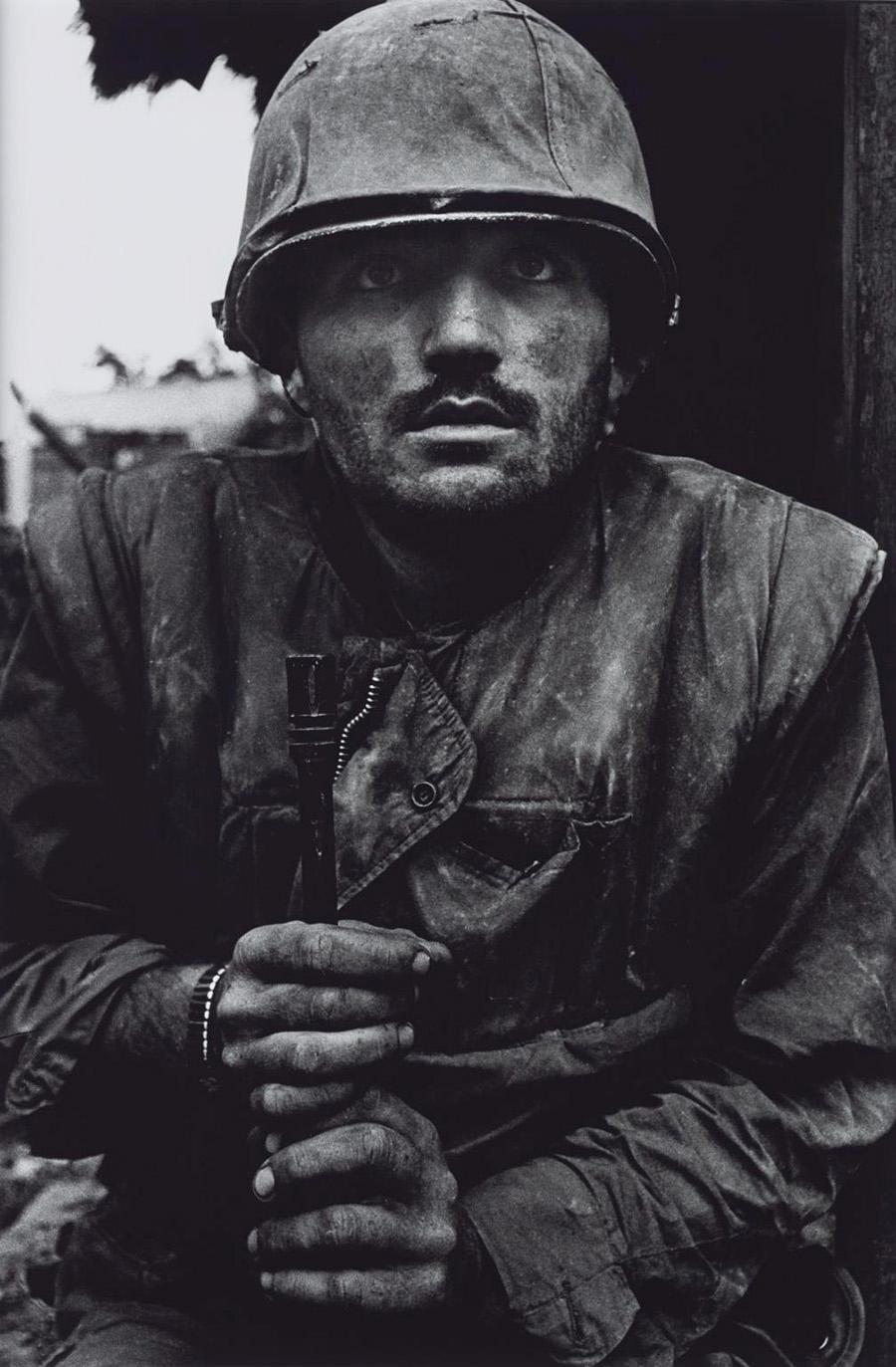 McCullin egyik leghíresebb fotója: sokkot kapott tengerészgyalogos közvetlenül azelőtt, hogy kivonták volna a frontvonalból. Myron Harrington századparancsnok szerint a háború után tartott összejöveteleken ez a bajtársuk sosem jelent meg, nem tudják, mi történt vele azután.