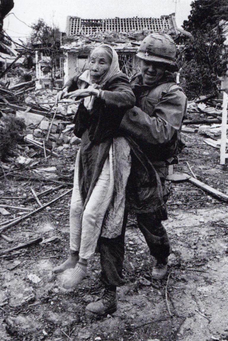 Tengerészgyalogos káplán vietnami nénit ment ki a romok közül