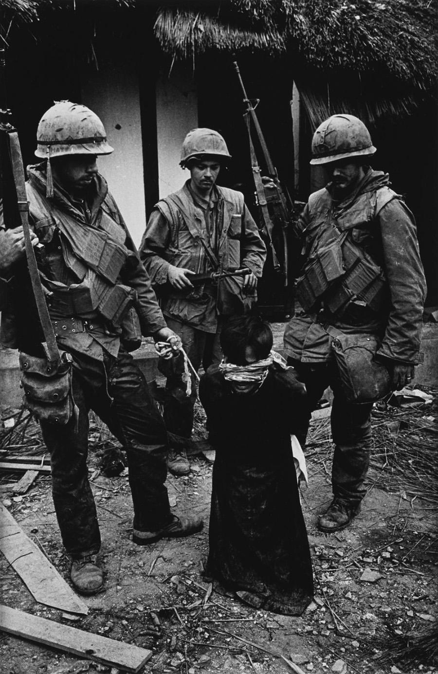 """""""Két tengerészgyalogos, igazi tajparasztok egy kis vietnamit vezettek körbe a nyakára tekert kötéllel… Letérdeltették, aztán a földre nyomták. Nyomorgatták és kínozták. Ugyanaz a gyáva, gyilkos  jelenet, mint amit Kongóban láttam, de itt, Ázsiában a szabadság bajnokai adták elő."""""""