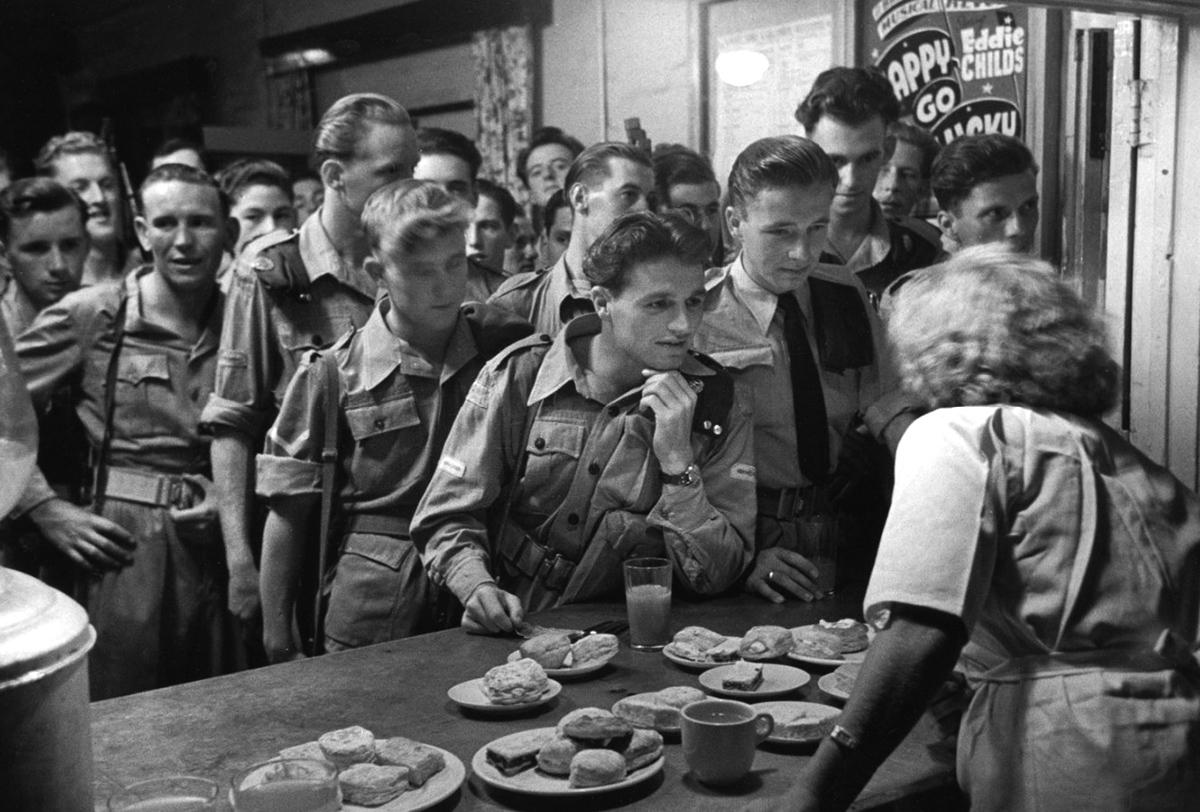 Brit katonák egy szuezi kantinban
