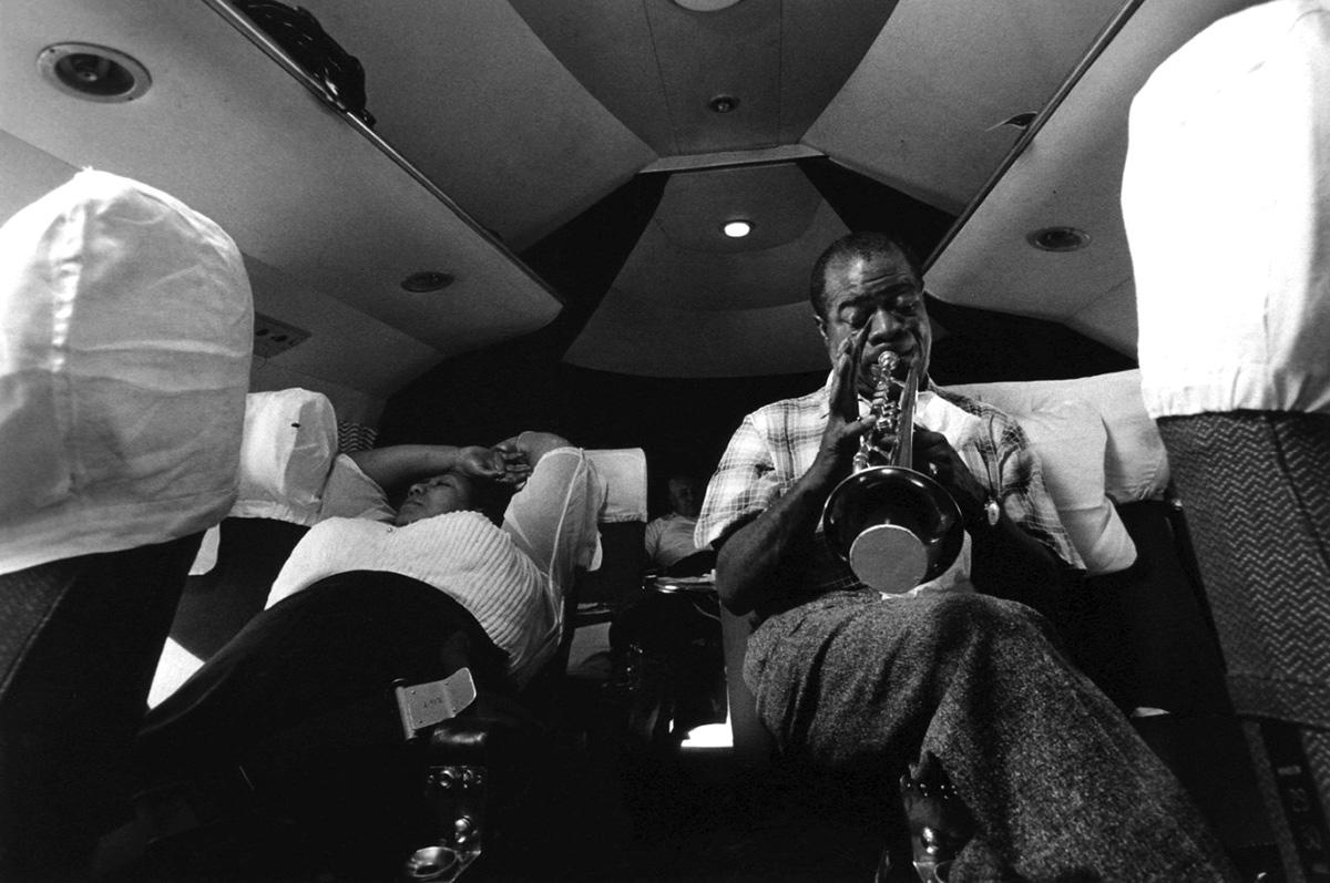 Louis B. Armstrong utazás közben, Afrika felett, 1956