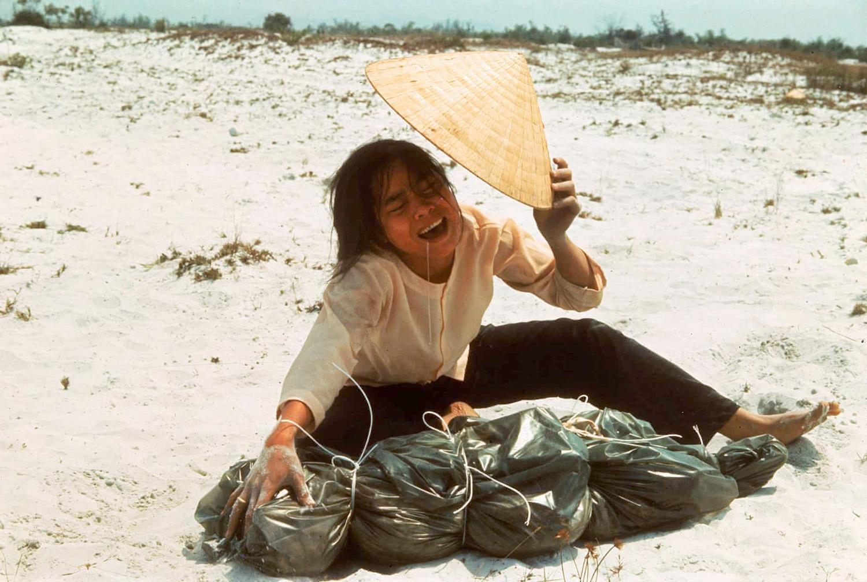 Az 1968-as huéi kommunista vérengzések áldozatait hónapokkal később hantolták ki. A képen látható nő kivégzett rokonát siratja.