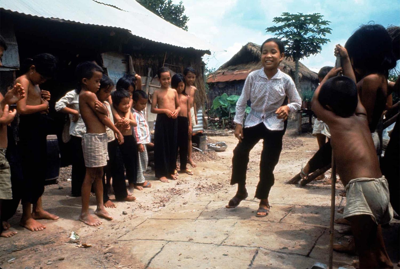 Nguyen Thi Tron műlábával ugróiskolázik a többi gyerek bátorítása közepette