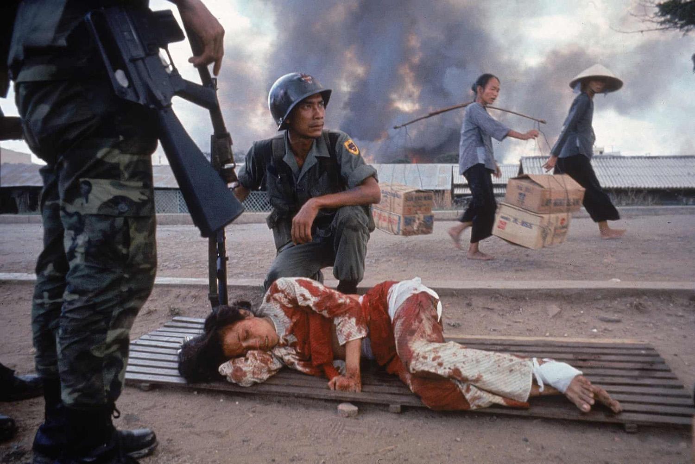 Dél-vietnámi rangerek vigyáznak egy súlyosan sebesült saigoni nőre