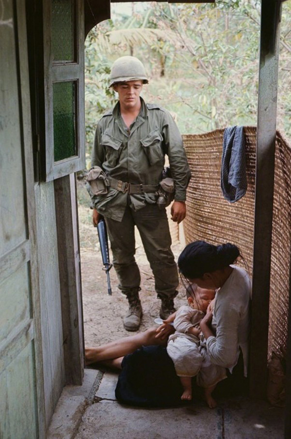 Amerikai katona egy szoptató vietnámi nő mellett