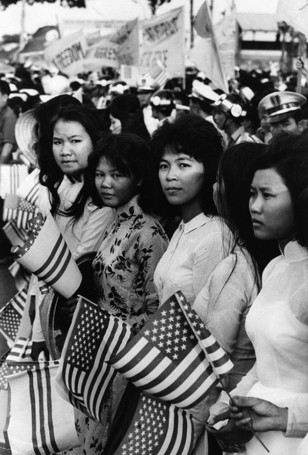 Amerikai politikusok érkezését ünneplő vietnámi nők