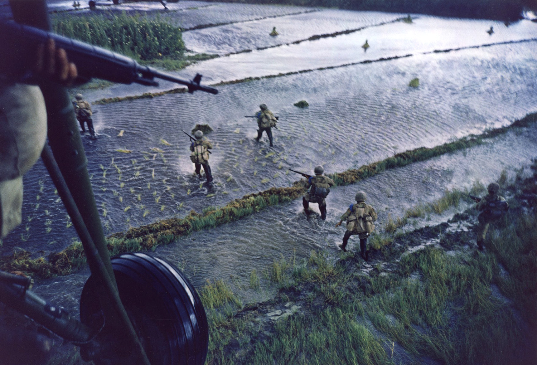 Dél-vietnámi katonák indulnak bevetésre egy rizsföldön át