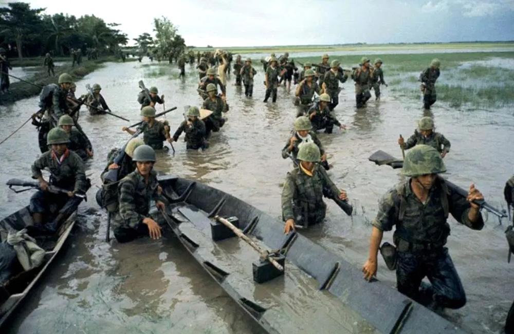 Tengerészgyalogosok kelnek át egy folyóágon