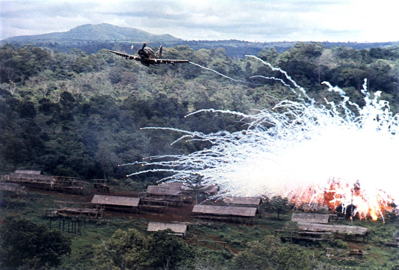 Skyraider csatarepülőgép napalmot dob le