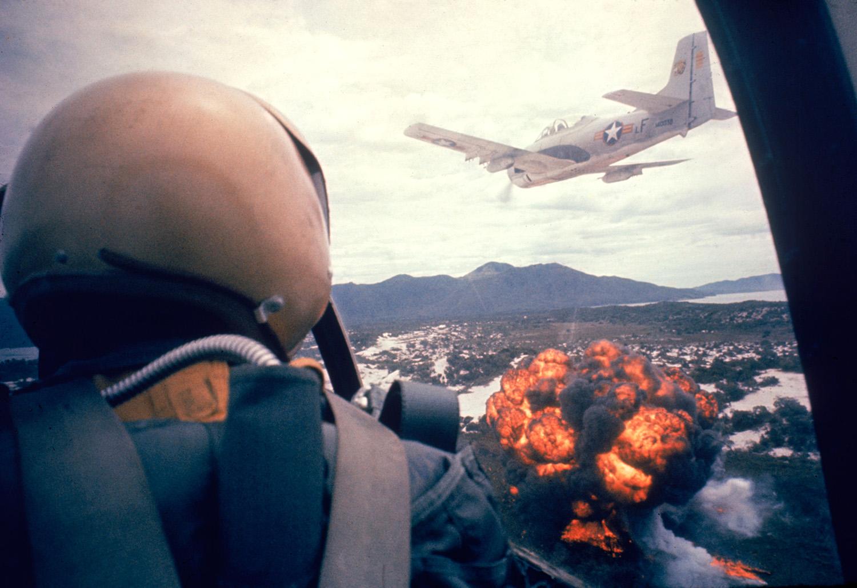 T-28-as napalmot dob le