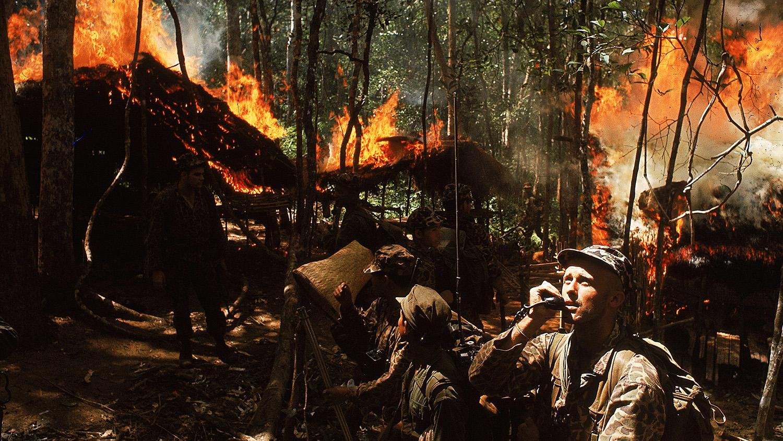 Gillespie százados rádión tesz jelentést a bázisnak, miközben a dél-vietnámi katonák felgyújtják az álcázott vietkong tábort