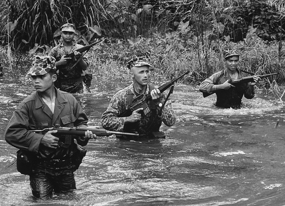 Gillespie százados és katonái egy patakban