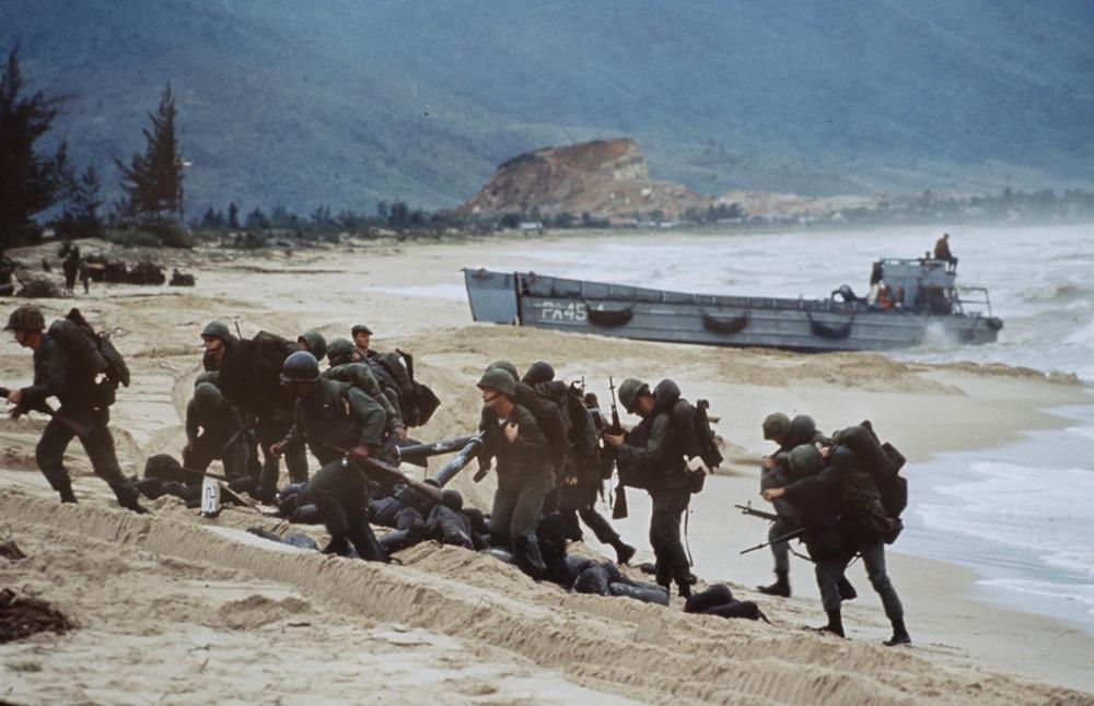 A Da Nangnál partot ért tengerészgyalogosok ledobják mentőmellényüket