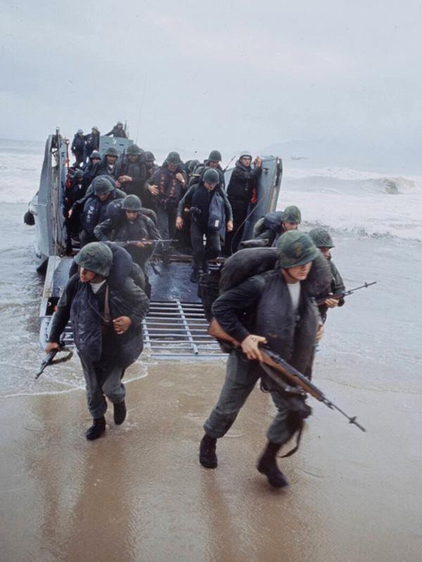 Teljes felszereléssel, de töltetlen puskával szállnak partra a tengerészgyalogosok