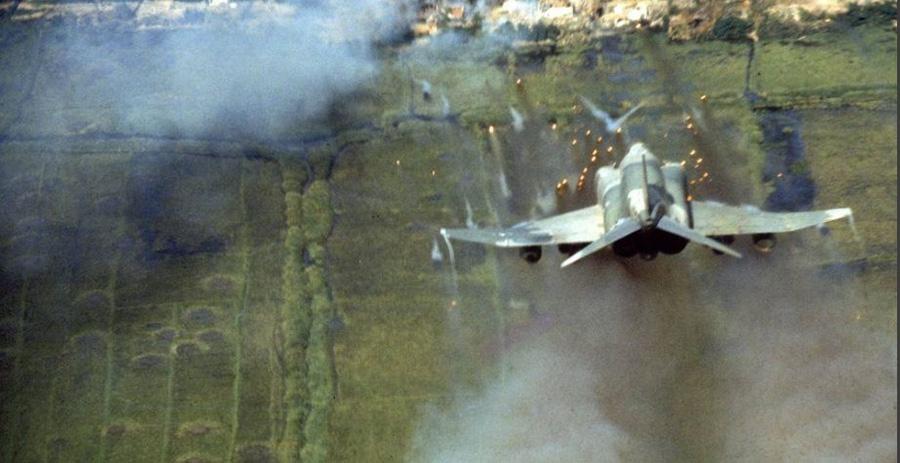 F-4C Phantom nem irányított rakétákkal tüzel célpontjára