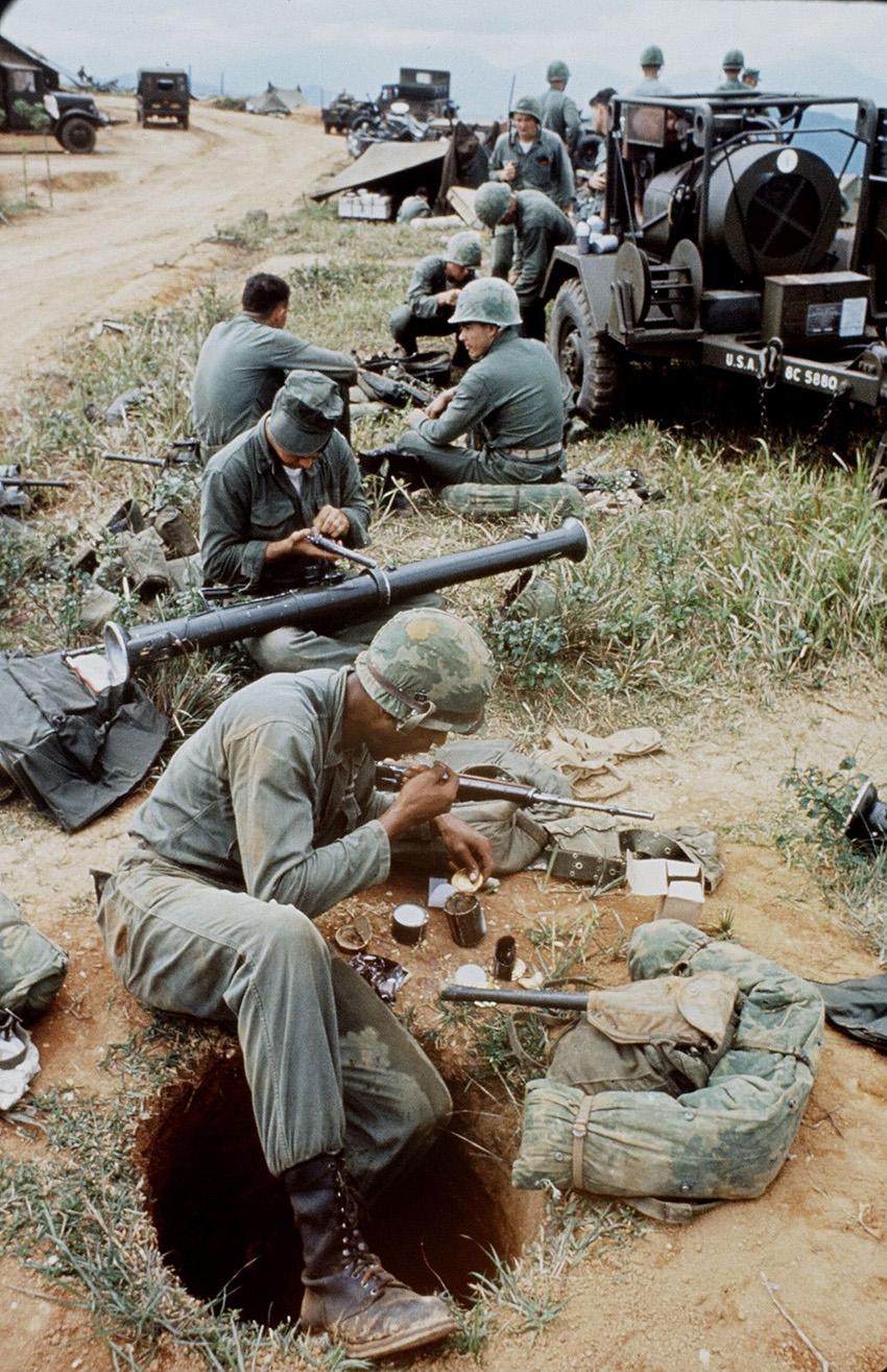 Az első lövészgödrök a Da Nang-i bázison