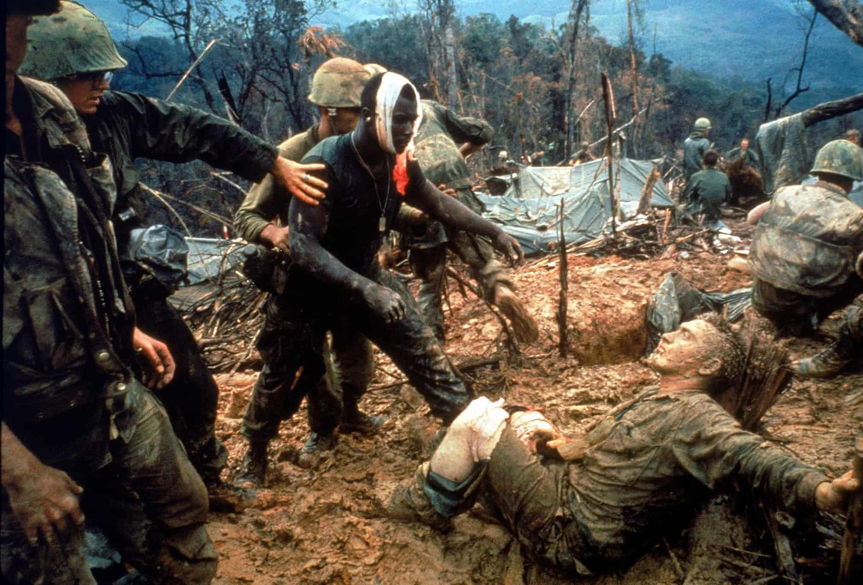 A fején sebesült Jeremiah Purdie-t odavezetik a gyűjtőpontra