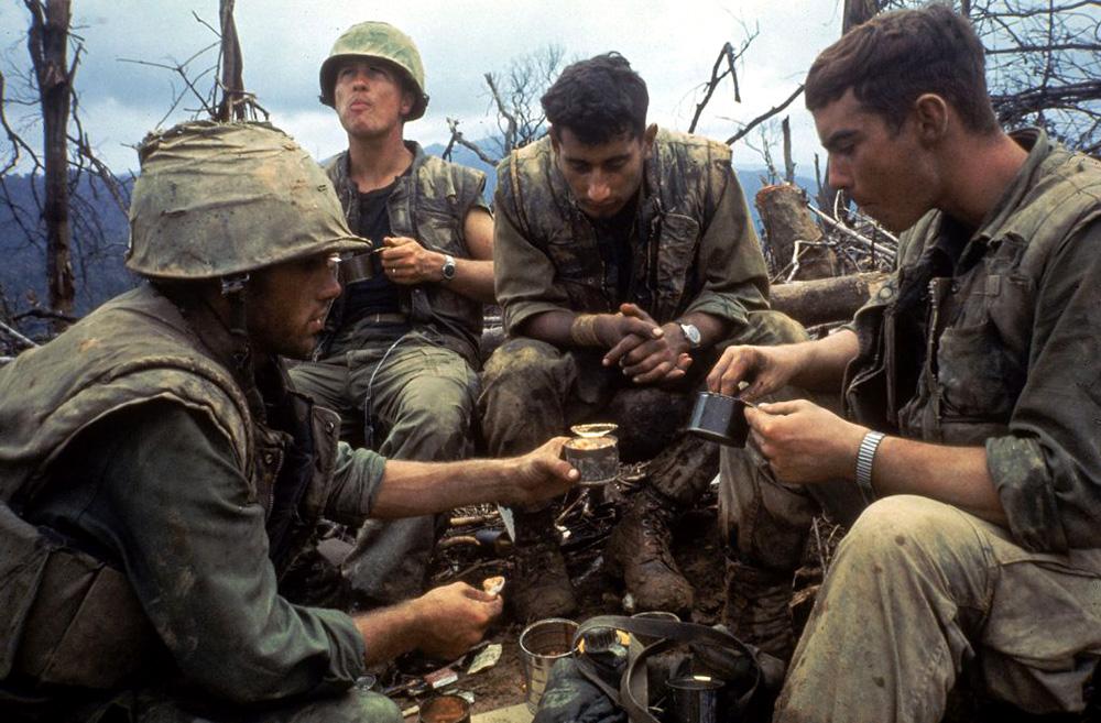 Étkező tengerészgyalogosok egy dombtetőn