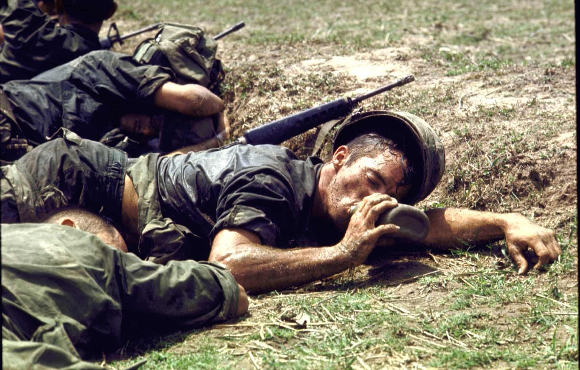 Kimerült amerikai katona iszik kulacsából a kambodzsai behatolás során