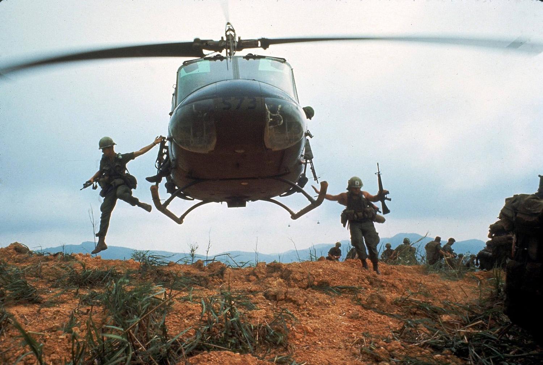 Amerikai katonák ugranak ki egy lebegő UH-1-esből