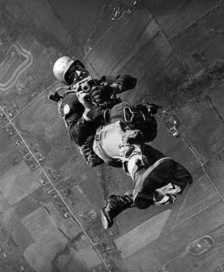 Bár félt a nagy magasságoktól, ejtőernyős ugrásra vállalkozott