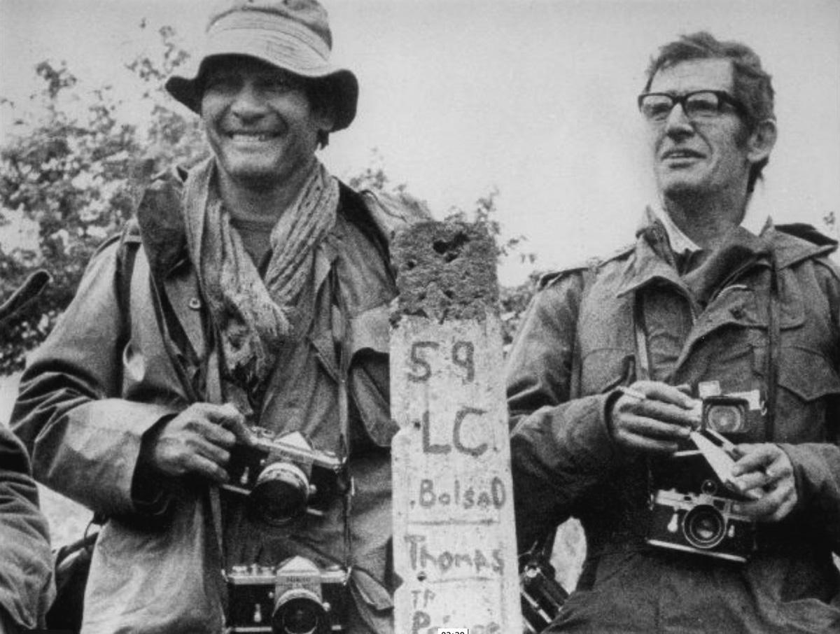 A francia-vietnámi Henri Huet, a konfliktus egy másik meghatározó fényképésze oldalán, néhány nappal közös haláluk előtt, a laoszi határon
