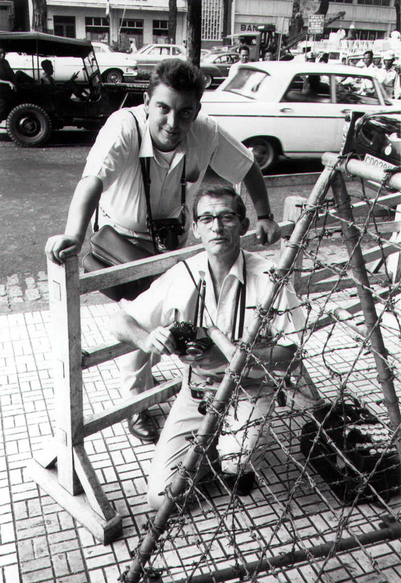 Horst Faas oldalán Saigonban, egy VIP érkezésére várva, 1964-ben