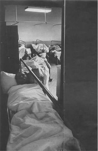 A bronxi hadirokkant-kórház gyomormosó részlegén a gerincsérültek akár négy órát is kell, hogy várjanak, míg ellátja őket az egy szem ápoló.