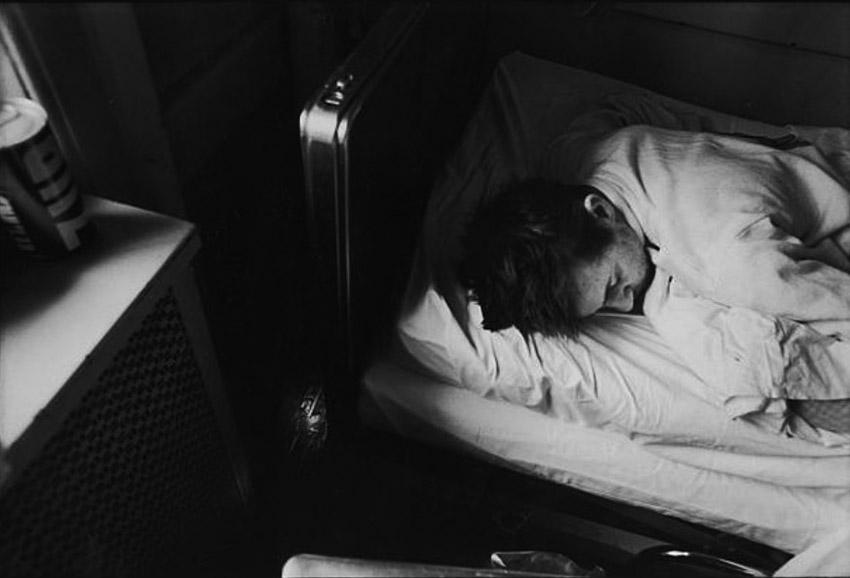 A bronxi kórház annyira tele van rágcsálókkal, hogy ha este felállítanak egy egérfogót, rendszerint egeret találnak benne reggel. A scrantoni tengerészgyalogos veterán, Parcel Wheeler, aki Duc Phunál harcolt, és akinek mindkét lába megbénult, még nem ébredt fel, ezért nem láthatja, hogy az egérfogójában van-e valami.