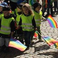 Svéd modell: Gyerekeket vezényeltek a göteborgi Pride-ra