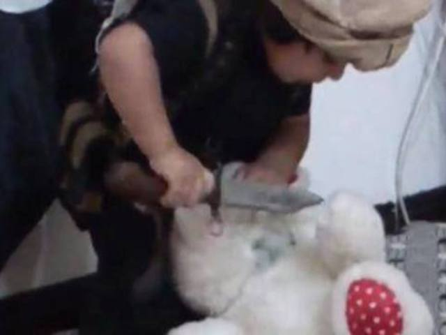 ISIS-óvoda: Így fejezi le egy 4 éves kisfiú a plüssmackóját